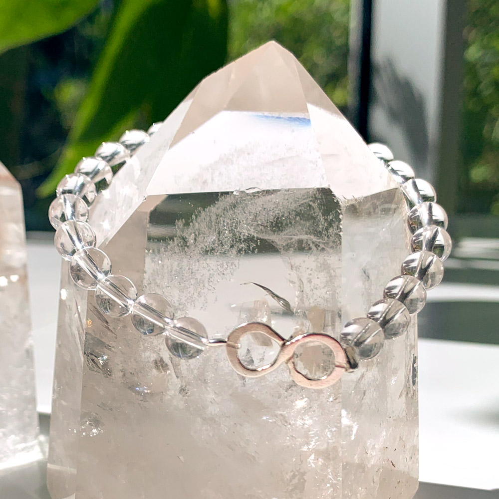 Pulsera con infinito y cristal de roca